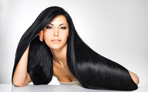 Женщина с длинными темными волосами