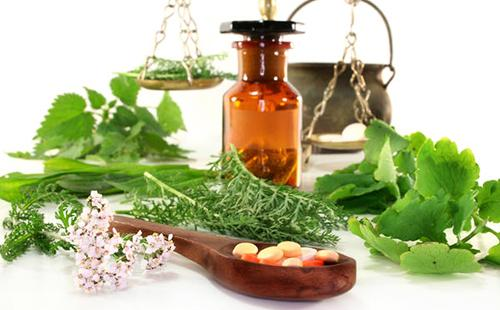 Измельчённые листья и аптекарские инструменты