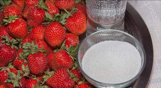 Ягоды клубники, водка и сахар