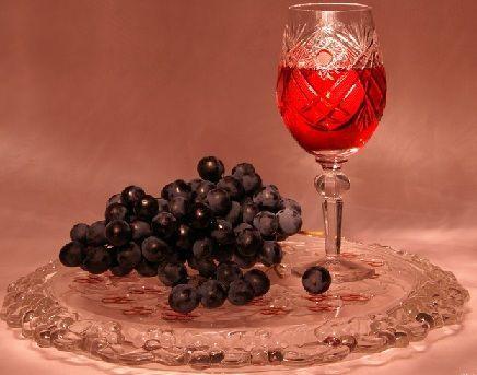 Настойка в бокале и виноград