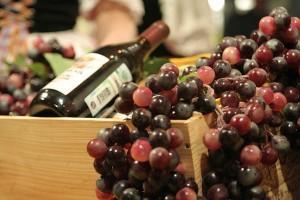 виноград и бутылка вина