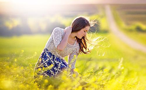 Девушка на закате собирает целебные травы