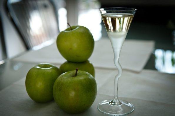Яблоки и настойка на столе