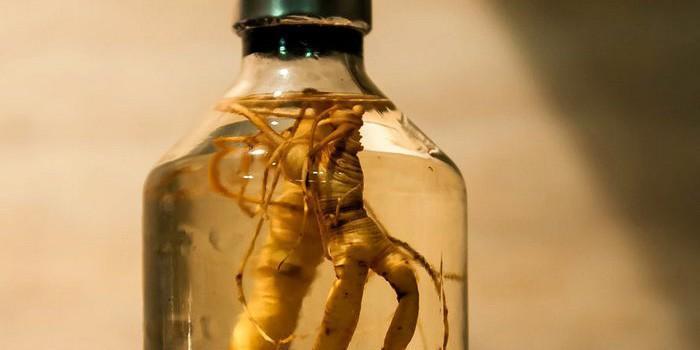 Бутылка со спиртовой настойкой женьшеня
