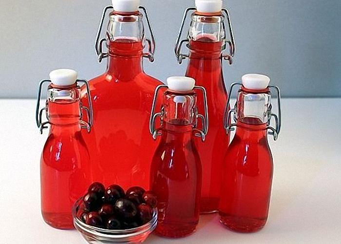 Готовую настойку перелить в бутылки с крышками
