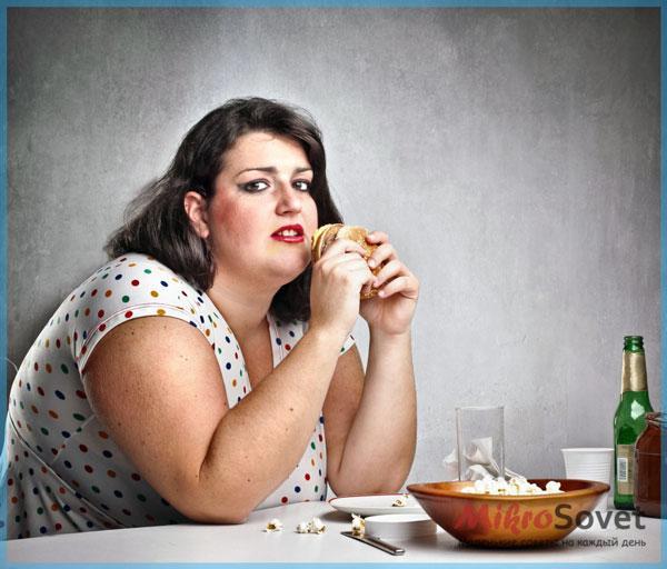Фото: Пышная дама кушает