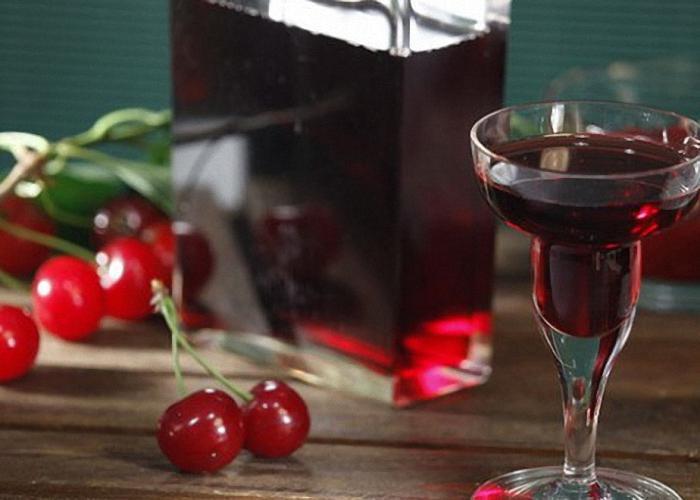 Настойку из вишни на водке процедить