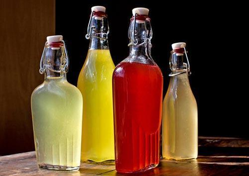 Разная наливка в стеклянных бутылках.