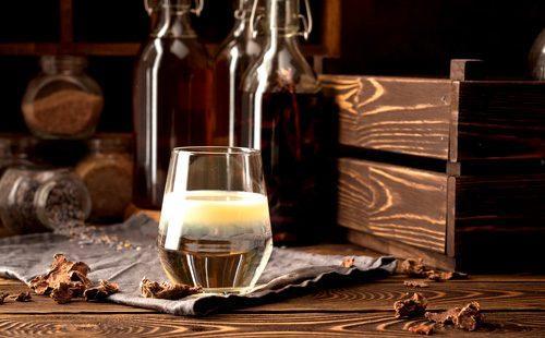Настойка прополиса в стакане