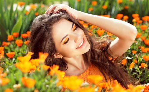 Девушка на поле золотых ноготков