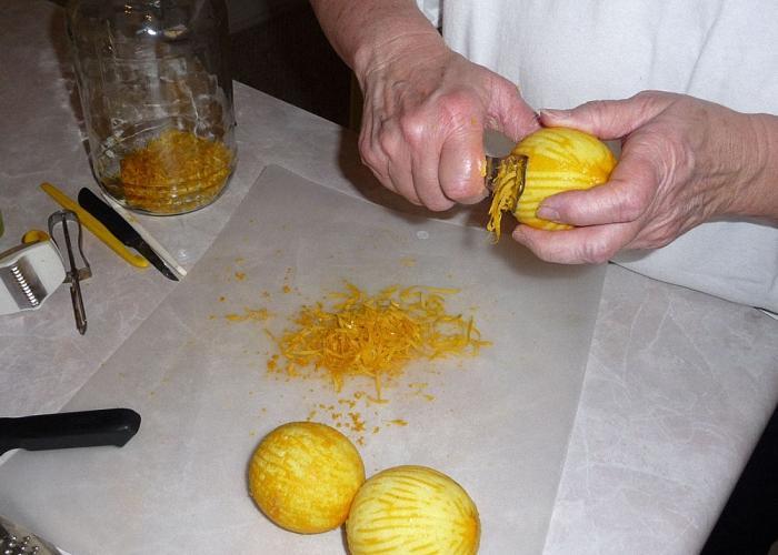 Лимоны помыть и аккуратно срезать корочки