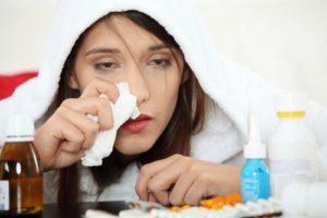девушка простужена