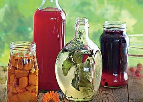 Разные настойки в разных бутылках.