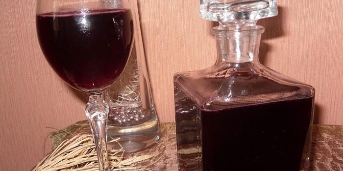 Смородиновая настойка в бокале и штофе