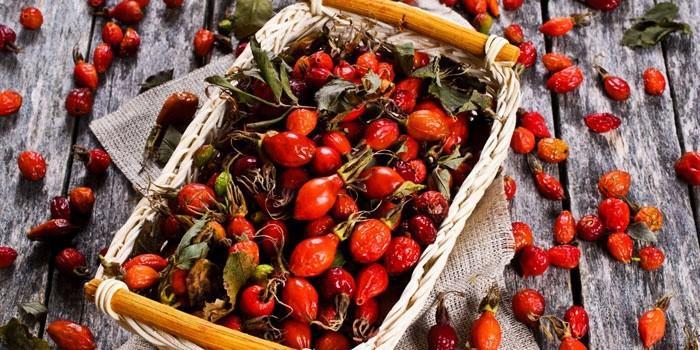 Плоды шиповника в корзине