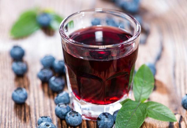 Черничная настойка напоминает ягодный ликер, так что ее смело можно подавать к десерту