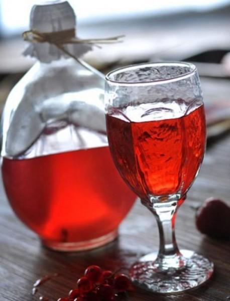 Графин и бокал с клюквенным напитком