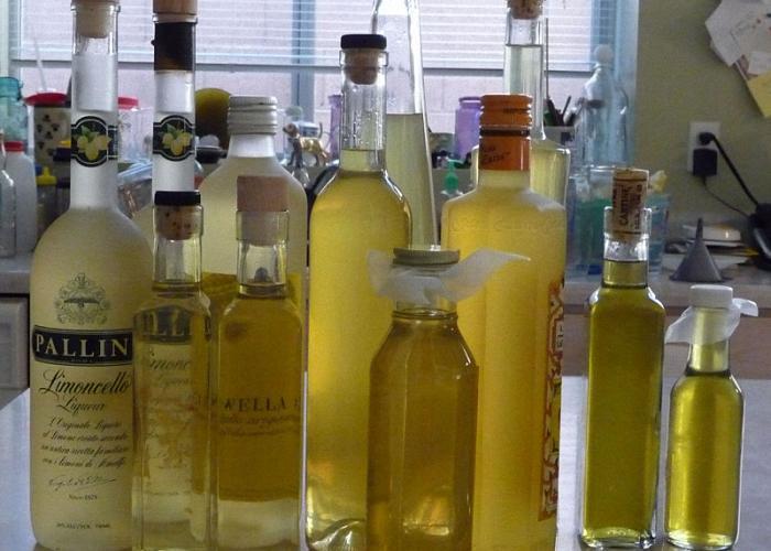 Лимонную спиртовую настойку налить в бутылки
