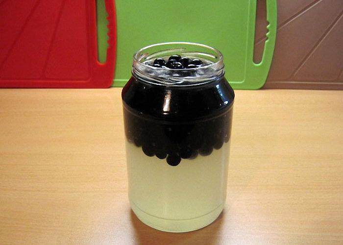 Черноплодную рябину положить в банки и залить спиртом