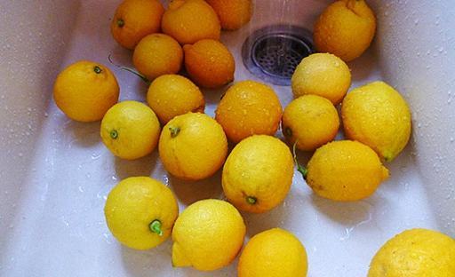 Хорошо помойте и просушите лимоны