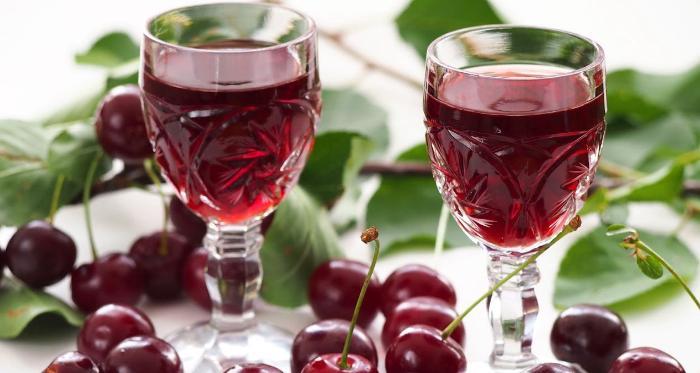 Настойка вишни с косточками на водке