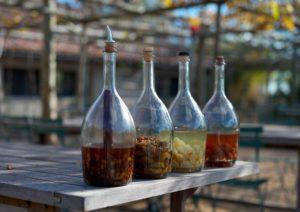 Настойки в бутылках стоят на столе